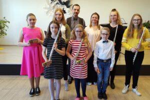 Õp. Helen Saare ja õp. Jüri Ilvese õpilased esinemas Lihula Muusika- ja Kunstikoolis.