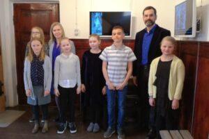Laikmaa Muuseumis. Pildil õp. Taimi Kopli ja õp. Jüri Ilves koos oma õpilastega.