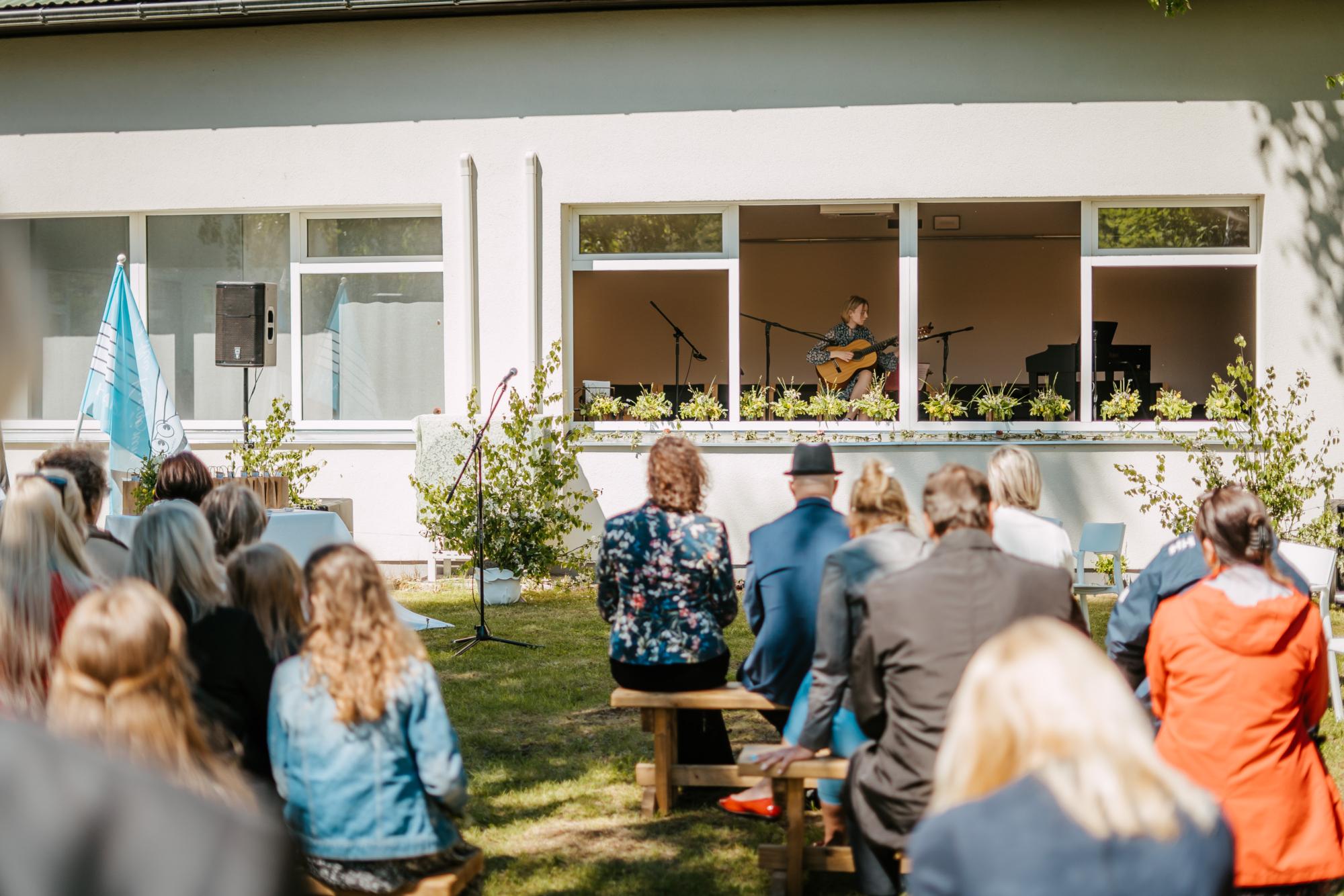 Muusikakooli lõpuaktus toimus tänavu ainulaadselt – esinejad olid saalis, kuid publik õues. Foto: Silver Raidla